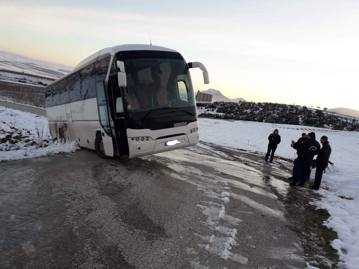 201901140738015994 - Φάρσαλα: Λεωφορείο με μαθητές εκτός δρόμου λόγω παγετού